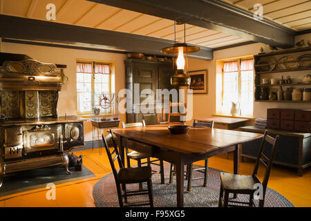 Antiken Holztisch und Stühle im Speisesaal im Inneren eines alten (1722) französischen Regime Wohnhaus, Quebec, - Stockfoto