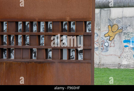 Die Gedenkstätte Berliner Mauer, mit Bildern von Menschen getötet, an der Bernauer Straße, Berlin, Deutschland - Stockfoto