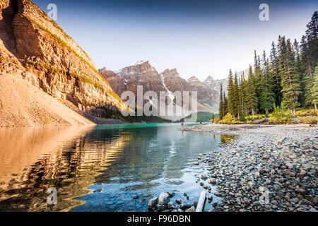 Moraine Lake und das Tal der zehn Gipfel vom Seeufer Weg in Banff Nationalpark, Alberta, Kanada - Stockfoto