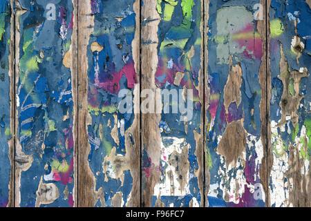 Flocken bunte Farbe auf Holzbrettern, Baden-Württemberg, Deutschland - Stockfoto