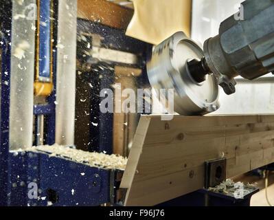 Holz Fräsmaschine Gestaltung ein Holzbrett, Österreich - Stockfoto