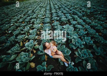 Mutter und Tochter mit Kohl auf dem Feld - Stockfoto