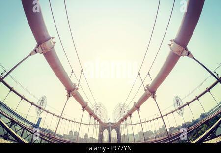 Vintage getönten fisheye-Objektiv Bild von der Brooklyn Bridge in New York City, USA. - Stockfoto