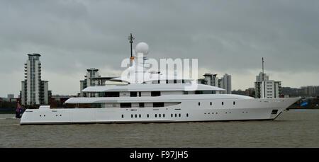 Super Yacht Ilona kommt auf der Themse in London in West India Dock in Canary Wharf zu Liegeplatz - Stockfoto