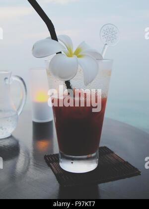 Frische Margarita mit weißen Blumen geschmückt - Stockfoto