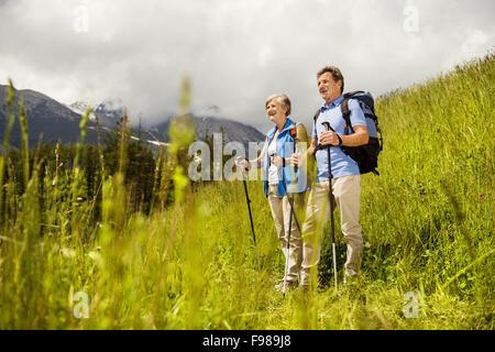 Wandern in der herrlichen Bergwelt Senior Tourist-paar - Stockfoto