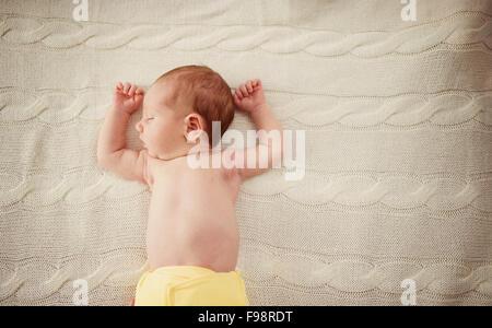 Niedlichen neugeborenen Mädchen schlafend im Bett zu Hause - Stockfoto