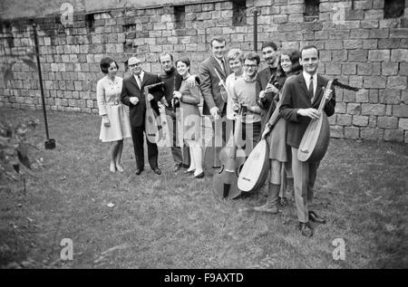 Der Deutsche Jazzgitarrist Und Publizist Werner Pöhlert (Anzug Und Brille) Mit Schülern Seiner Gitarrenschule, 1960er - Stockfoto