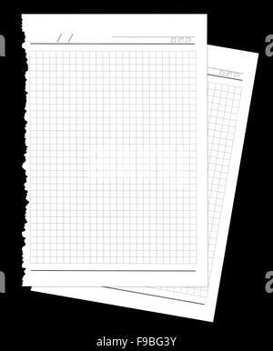 Weiße Notebook Papierbögen zerrissen vom Notebook auf schwarzem Hintergrund isoliert - Stockfoto