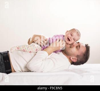 Junger Vater ist mit seinem kleinen Baby Spaß. - Stockfoto