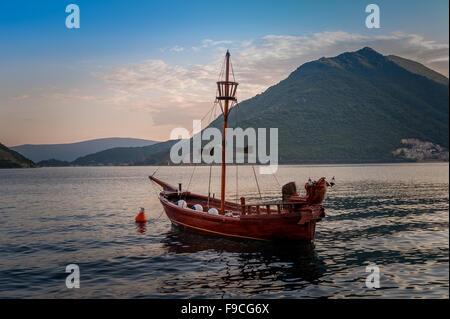 Vintage-Stil kleinen Piratenschiff vor Anker - Stockfoto