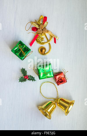 Weihnachten Konfetti - Bell, Geschenk, Süßigkeiten-Stick auf dem weißen Hintergrund platziert. Über dem Winkel. - Stockfoto