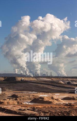 Braunkohle-Tagebau Garzweiler in Nordrhein-Westfalen, Deutschland vor RWE-Kraftwerke - Stockfoto