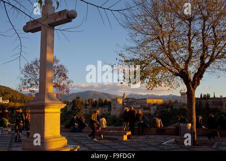 Mirador de San Nicolas in background Alhambra. Albaicín Viertel. Granada, Andalusien, Spanien - Stockfoto