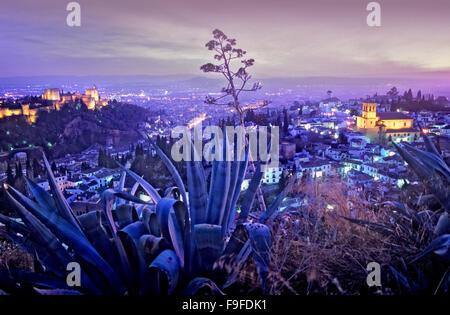 Blick auf die Stadt. Alhambra und Albaicín Viertel (richtige Iglesia del Salvador und im Hintergrund die Kirche - Stockfoto