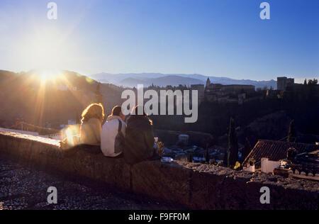 Drei Freunde in Mirador San Nicolas. Alhambra vom Mirador San Nicolas gesehen. Albaicín Viertel. Granada, Andalusien, - Stockfoto