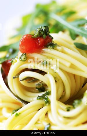 Makroaufnahme von Spaghetti drehte sich um eine Gabel - Stockfoto