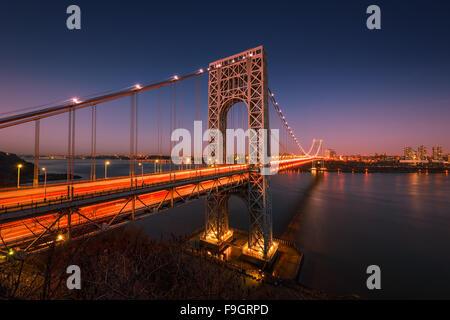 Die George Washington Bridge über den Hudson River in der Dämmerung in New York City. - Stockfoto