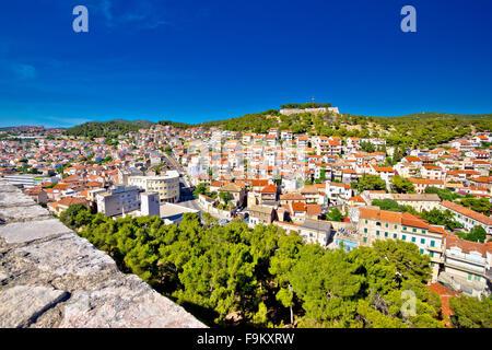 Altstadt von Sibenik und Festung Bergblick, Dalmatien, Kroatien - Stockfoto