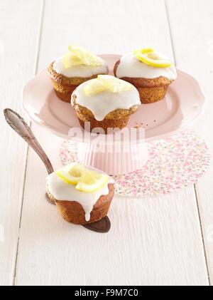 Mohn-Muffins mit Zitronenglasur - Stockfoto