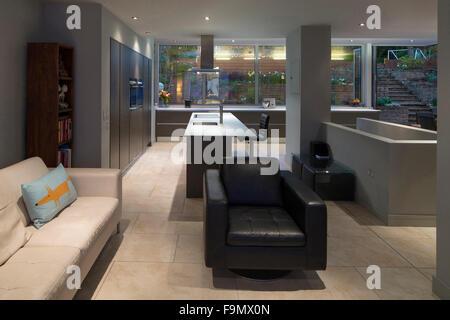 Offenen Wohnbereich Blick durch die Küche und Garten.  Ein modernes Einfamilienhaus. - Stockfoto