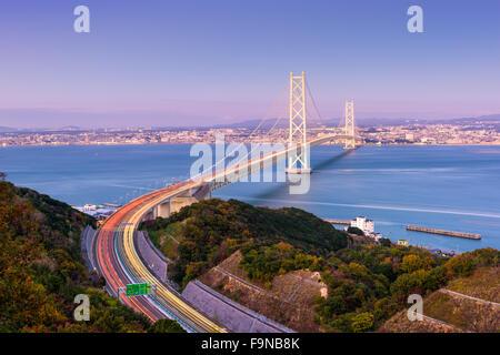 Akashi-Kaikyo-Brücke überspannt die Seto-Inlandsee aus Kobe, Japan.