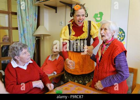 Ein Musik-Clown singt mit alten Menschen mit Demenz im Krankenhaus in Bochum, Deutschland - Stockfoto