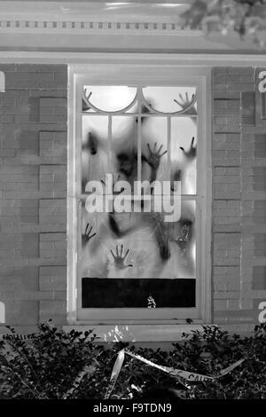 Halloween Hand Schatten im Fenster - Stockfoto