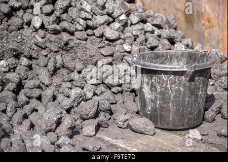 Große Haufen Kohle-Lager und schwarzen Eimer - Stockfoto