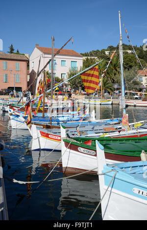 Traditionelle hölzerne Fischerboote bekannt als Barquettes im Alten Hafen von La Seyne-sur-Mer, in der Nähe von - Stockfoto