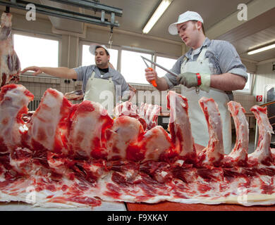 Metzger schneiden Rindfleisch. - Stockfoto