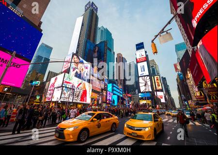 NEW YORK CITY, USA - 13. Dezember 2015: Helle Beschilderung Blitze über Urlaub Gedränge und Verkehr am Times Square vor Silvester Stockfoto