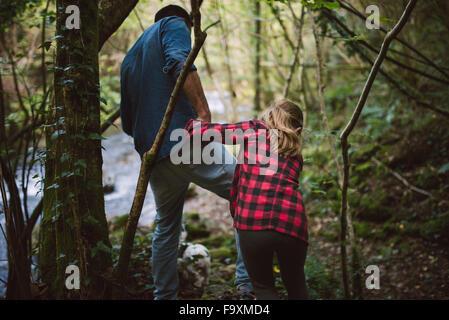 Vater und Tochter zu Fuß durch den Wald - Stockfoto