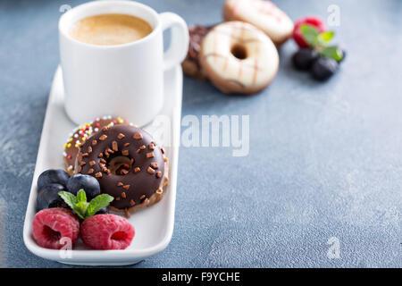 Kleine glasiert, Mini Donuts und Kaffee in einer Espressotasse - Stockfoto