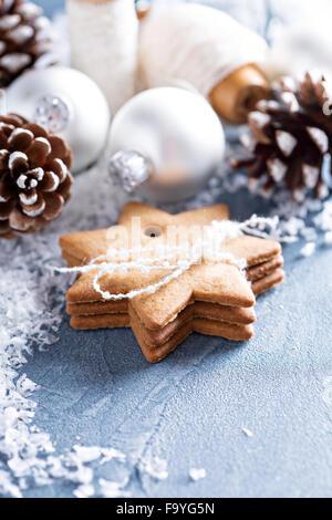 Weihnachtsschmuck und Lebkuchen mit Schnee
