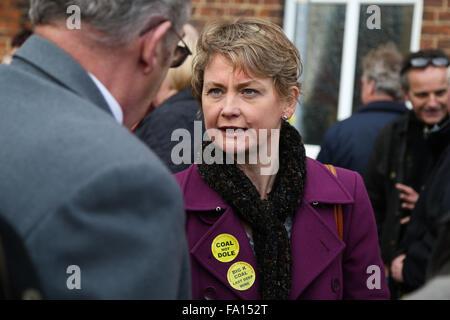 Labour MP Yvette Cooper in Knottingley, West Yorkshire, für einen Marsch anlässlich die Schließung des nahe gelegenen - Stockfoto