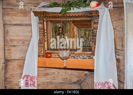 Alte russische orthodoxe Ikonen in ländlichen Holzhaus - Stockfoto