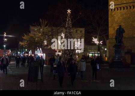 BERLIN - 8. Dezember 2015: Der traditionelle Weihnachtsmarkt in der Altstadt Spandau. - Stockfoto
