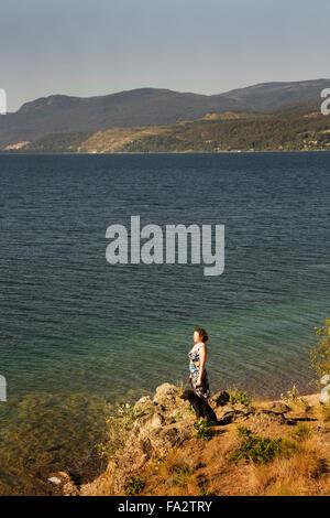 Frau mit Hund, mit Blick auf See - Stockfoto