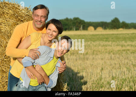 Familie mit Sohn im Weizenfeld - Stockfoto