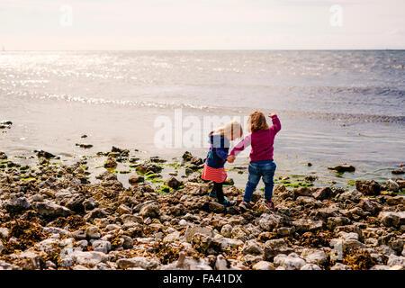 Schwestern Hand in Hand stehen am Strand - Stockfoto