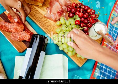Bild von Freunden etwas zu Essen im Park beim Picknick beschnitten - Stockfoto