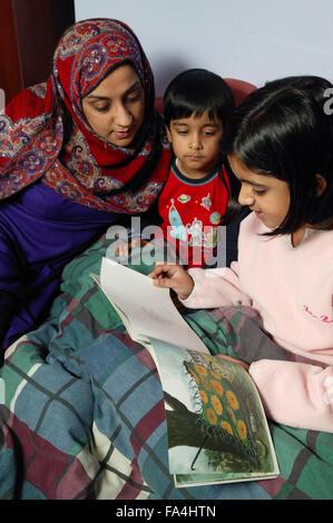 Alleinerziehende, hören auf ihre Tochter lesen eine Gutenachtgeschichte, - Stockfoto