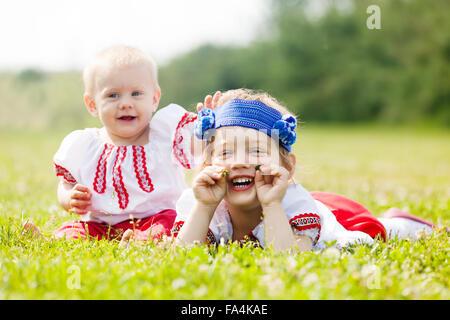 Kleinkind In Russische Folklore Kleidung Auf Sommerwiese Stockfoto