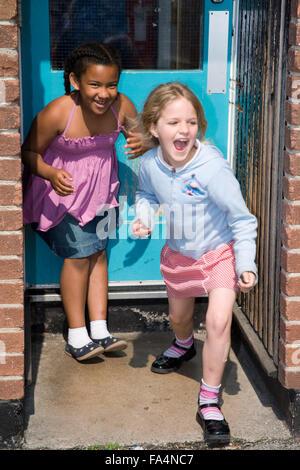 Mädchen spielen im Schulhof,