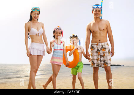 Familie am Strand in Badehose - Stockfoto
