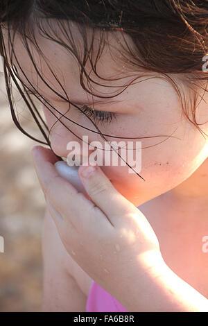 Porträt eines Mädchens küssen ein Stein - Stockfoto