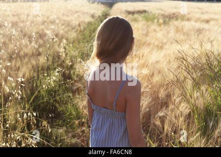 Rückansicht eines Mädchens stehen in einem Weizenfeld, Italien - Stockfoto