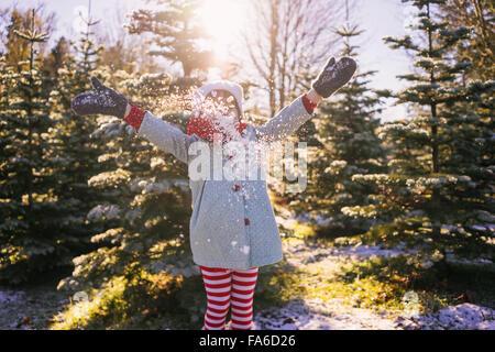 Mädchen werfen Schnee in der Luft - Stockfoto