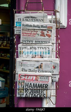 Eine Auswahl an britischen Tageszeitungen vor einem Kiosk-Geschäft auf der Royal Mile in Edinburgh. - Stockfoto